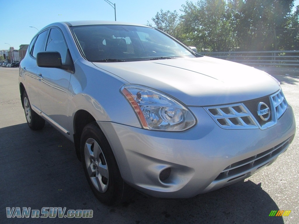 Brilliant Silver / Black Nissan Rogue S