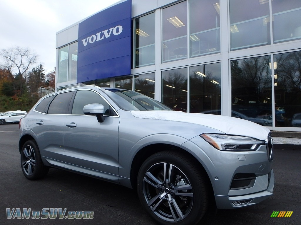 Electric Silver Metallic / Charcoal Volvo XC60 T6 AWD Momentum
