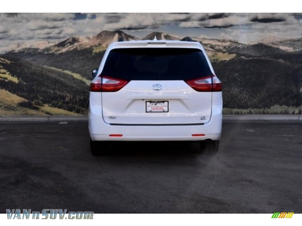 2018 Sienna LE AWD - Super White / Gray photo #4
