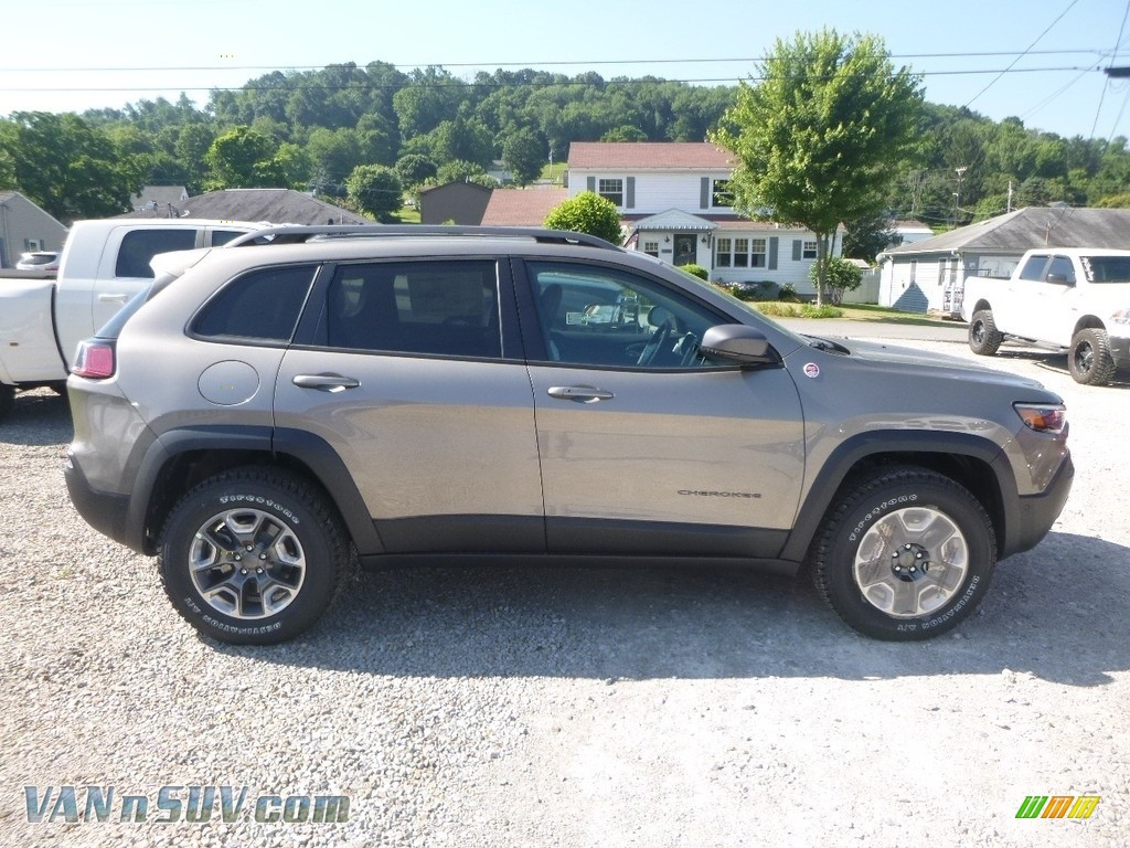 2019 Cherokee Trailhawk 4x4 - Light Brownstone Pearl / Black photo #6