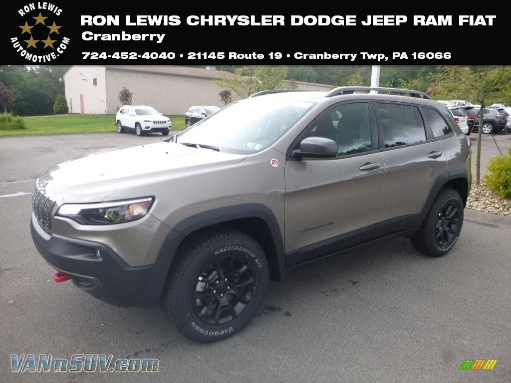 2019 Cherokee Trailhawk 4x4 - Light Brownstone Pearl / Black photo #1