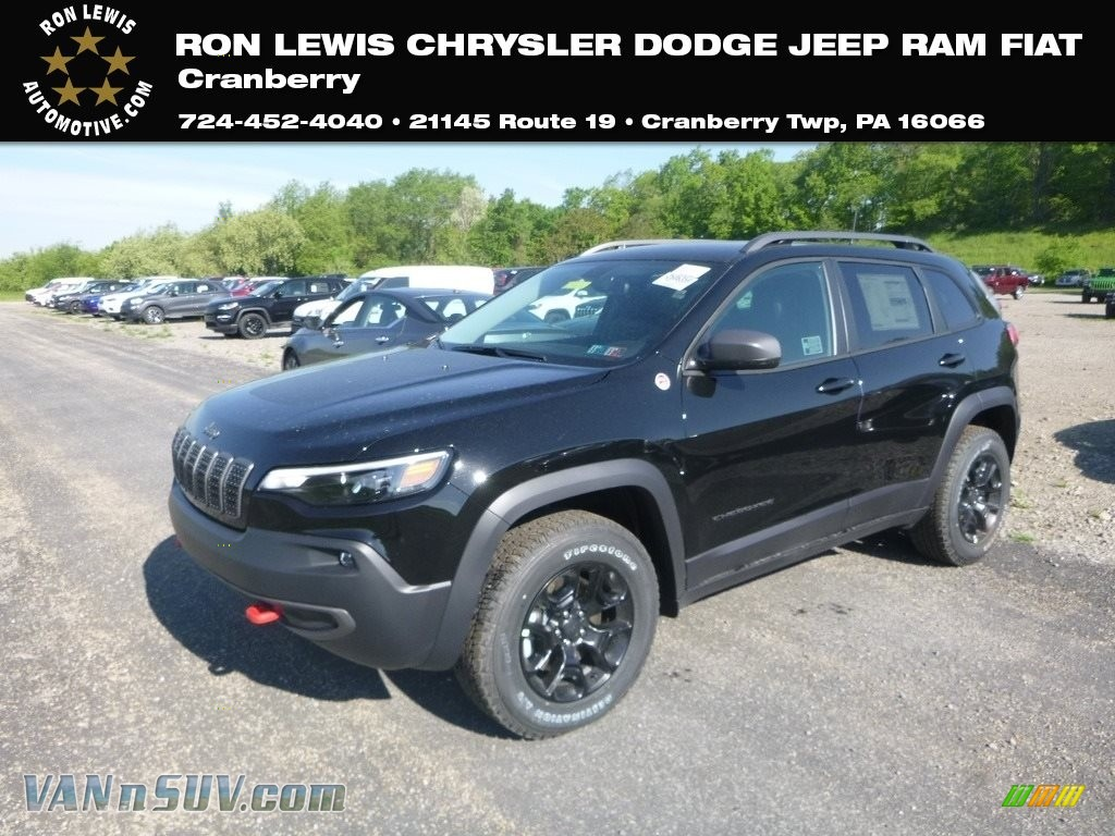 Diamond Black Crystal Pearl / Black Jeep Cherokee Trailhawk 4x4