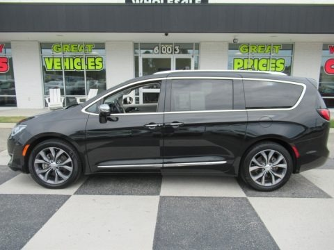Brilliant Black Crystal Pearl 2017 Chrysler Pacifica Limited